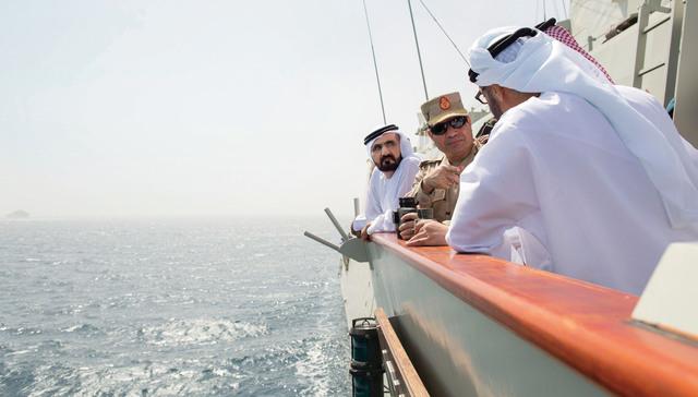 الصورة : محمد بن راشد ومحمد بن زايد وعبدالفتاح السيسي وسلمان بن سلطان يشاهدون  التمرين العسكري