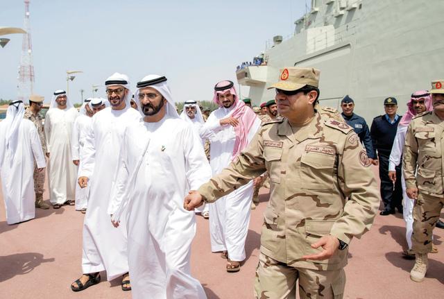 الصورة : محمد بن راشد ومحمد بن زايد والسيسي وسلمان بن سلطان خلال التمرين العسكري وام