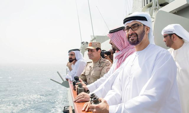 الصورة : محمد بن راشد ومحمد بن زايد وعبدالفتاح السيسي وسلمان بن سلطان وسلطان الجابر يتابعون  فعاليات التمرين العسكري