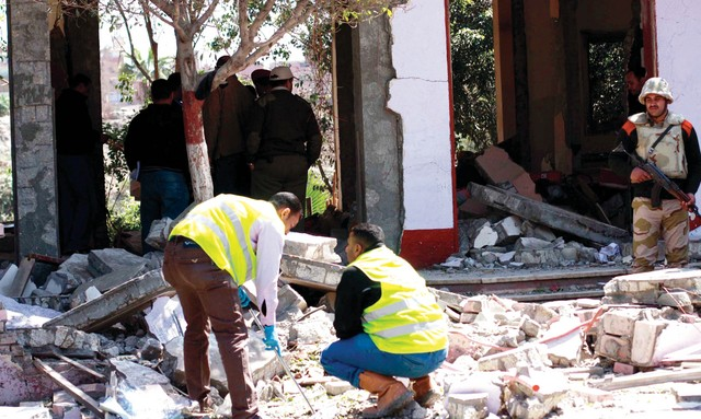 الصورة : محقّقون يفحصون الأضرار التي خلّفها الهجوم الإرهابي على نقطة التفتيش شمال القاهرة اي.بي.ايه