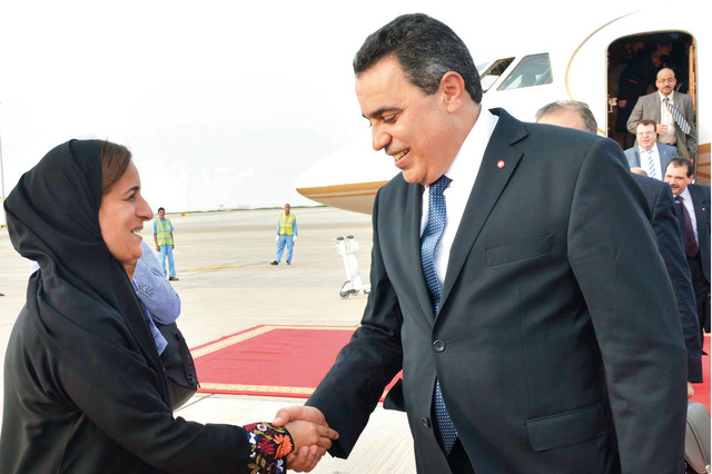 الصورة : لبنى القاسمي في استقبال رئيس الوزراء التونسي