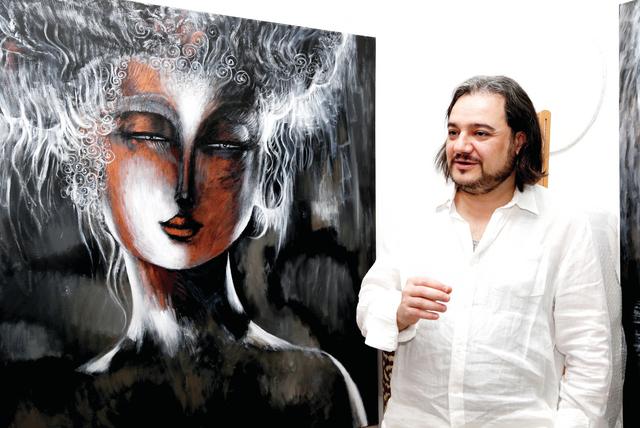 الفنان إلى جانب لوحة قصيدة «عيناك»             البيان