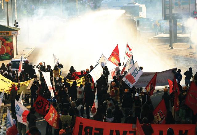 الشرطة ترش المتظاهرين بالغاز وخراطيم المياه في أنقرةأ.ب