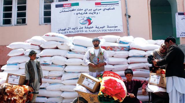 خلال توزيع المساعدات على المتضررين من الفيضانات والانهيارات الأرضيةوام