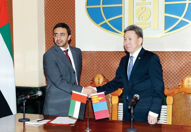 الصورة : .. سموه مصافحاً وزير خارجية منغوليا عقب المؤتمر الصحافي المشترك