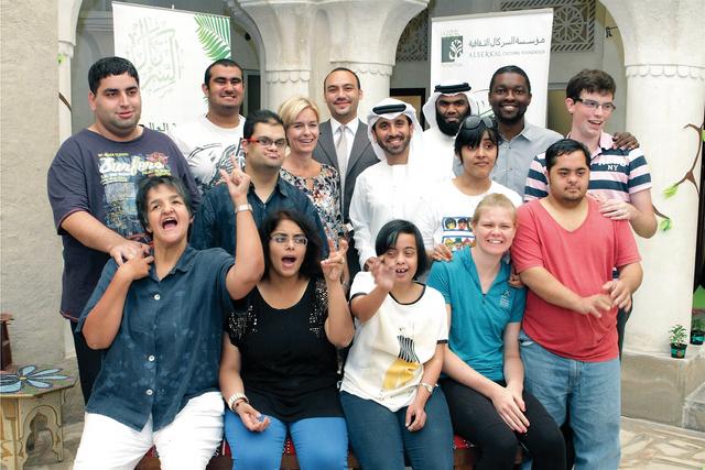 أحمد السركال مع المشاركين في الحفل  البيان