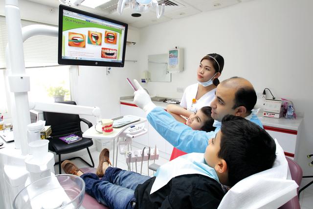 الصورة : د. فادي يشرح الطريقة السليمة في تنظيف الأسنان              تصوير ـ عماد علاءالدين