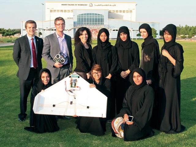 الصورة : فريق عمل الطالبات مع نموذج الطائرة وأعضاء هيئة التدريس البيان
