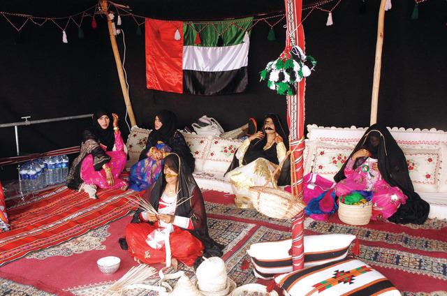مشغولات تراثية إماراتية حظيت بإعجاب زوار مهرجان طانطان