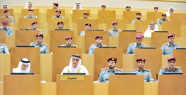 الصورة : سيف بن زايد وأنور قرقاش خلال مناقشة سياسة وزارة الداخلية أرشيفية