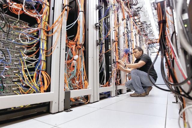 الصورة : الشبكات المحلية والإقليمية مطالبة بتلبية احتياجات العملاء التقنية      البيان
