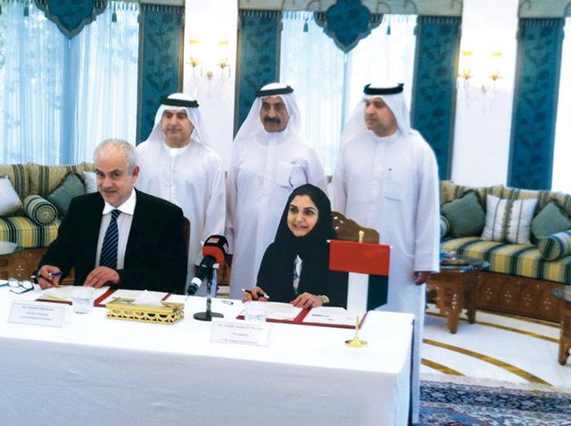 الصورة : حشر آل مكتوم يتابع توقيع سارة الأمين ودوسان لعقد الاتفاقيةالبيان