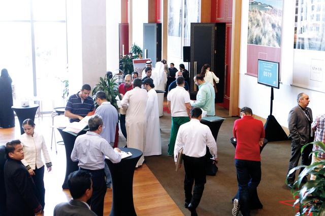 مواطنون وأجانب يتنافسون على حجز وحدات مشروع أنسام
