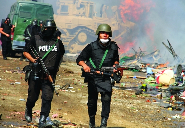 الصورة : رجل أمن مصري ينزف بعد تعرضه لكمين من أنصار الإخوان خلال تظاهرات أعقبت فض اعتصام رابعةأرشيفية