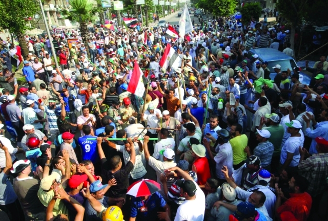 الصورة : أنصار الإخوان يتأهبون لممارسة العنف خلال تظاهرات رابعةأرشيفية