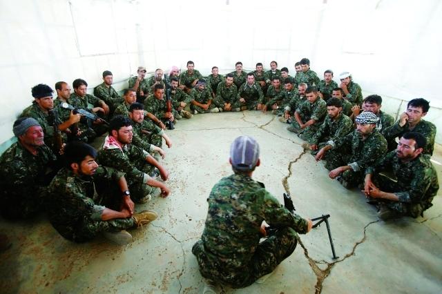 الصورة : عراقيون أزيديون خلال تدريبات عسكرية في   القامشلي السورية   رويترز