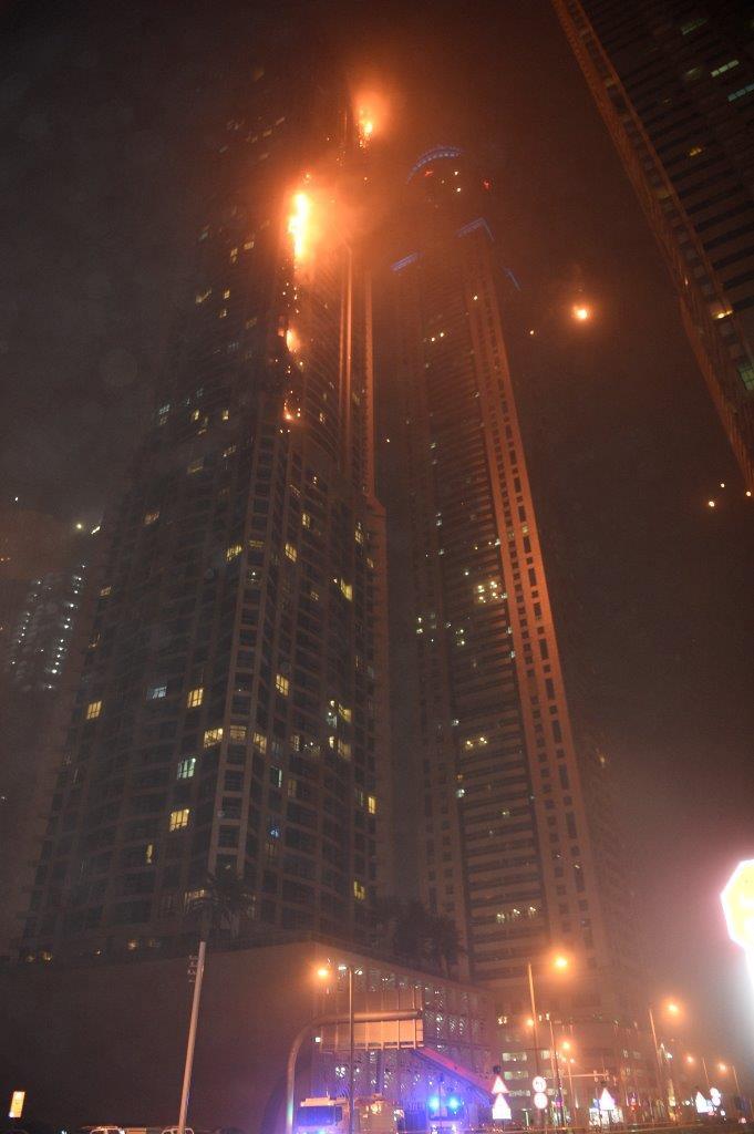 القصة الكاملة لحريق برج الشعلة في دبي مارينا عبر الإمارات