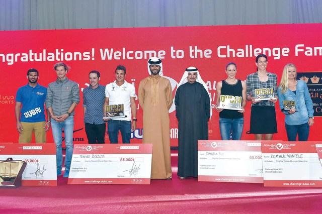 الصورة : ناصر بن حمد وسعيد حارب مع عدد من الفائزين والفائزات في حفل التكريم  البيان