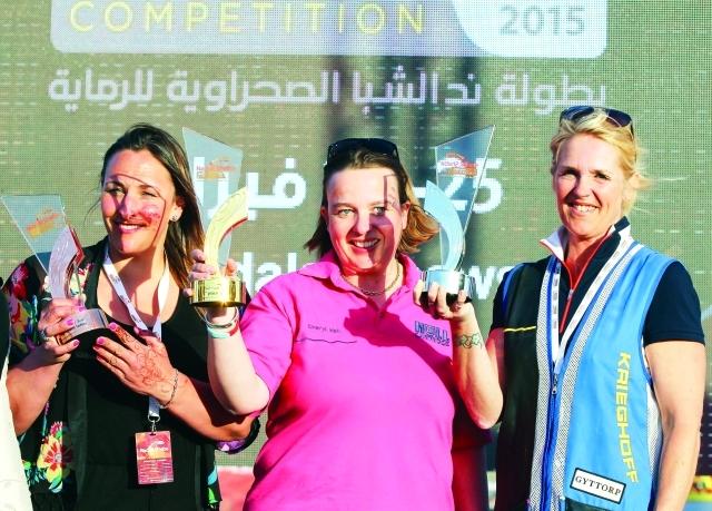 الصورة : البريطانية شيريل هول بطلة السيدات تحتفل بالكأس مع آنا يارنالد وكاتي بروان  -البيان