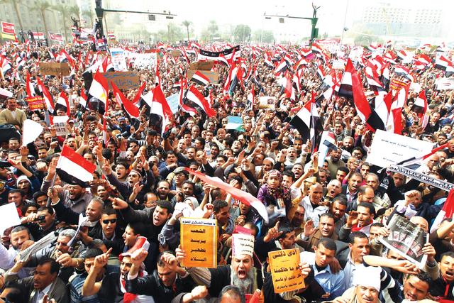 الصورة : الإخوان أبرموا صفقة مع عمر سليمان لإخلاء ميدان التحريرأرشيفية