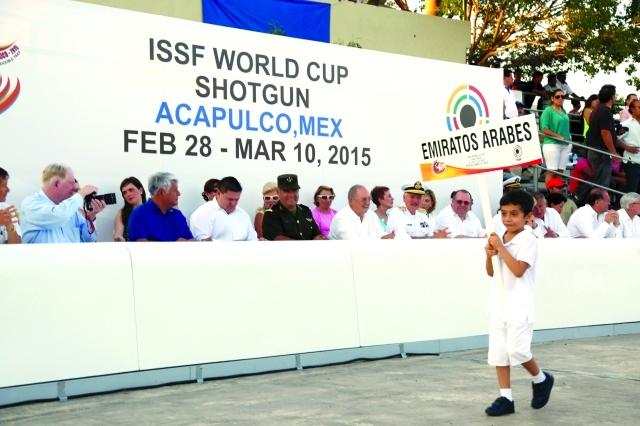 الصورة : طفل مكسيكي يقدم لوحة الإمارات خلال استعراض الدول المشاركة