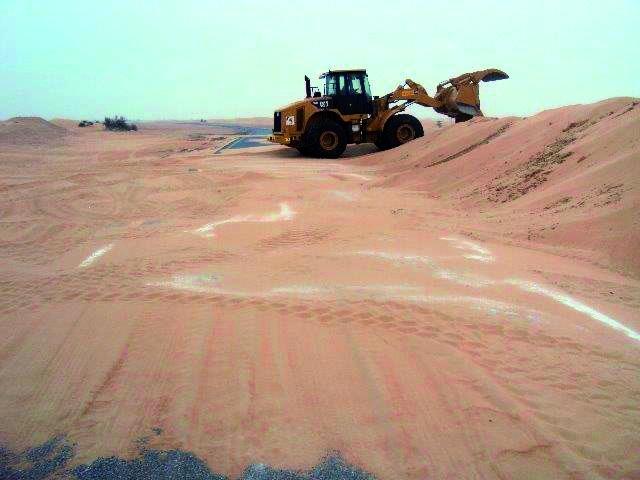 الصورة : عمليات إزالة مخلفات العاصفة الرملية