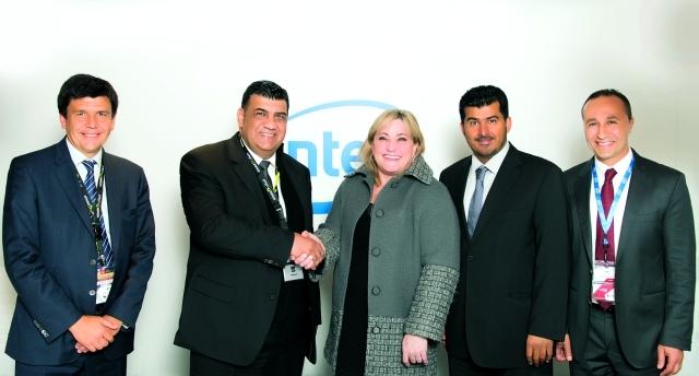 الصورة : صالح العبدولي ورئيس شركة إنتل