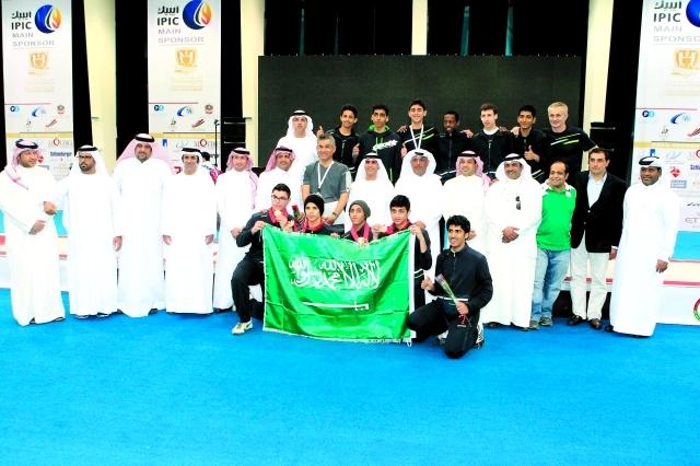 الصورة : الفريق السعودي يحتفي بفوزه بالميدالية