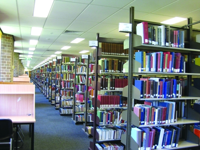 الصورة : أرفف متنوعة في المكتبة