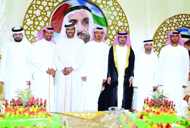 الصورة : العريس مع شقيقه خليفة  وعدد من الحضور