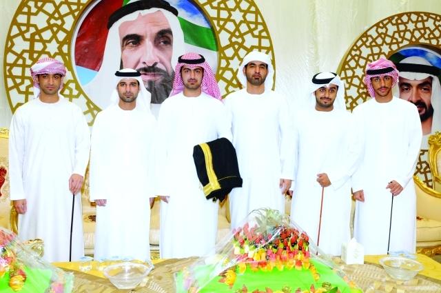 الصورة : العريس عبدالعزيز الكعبي يتوسط الأهل والأصدقاء
