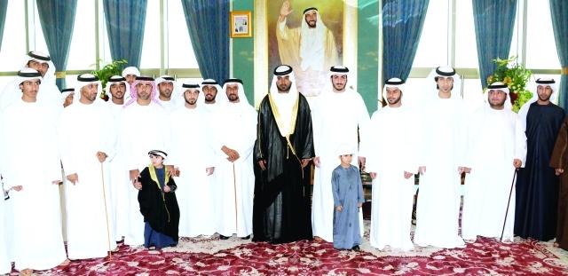 الصورة : محمد بن سلطان بن خليفة وفيصل بن سلطان بن سالم ومحمد بن فيصل وسلطان بن سعيد بن محمد والعريس وعدد من المدعوين