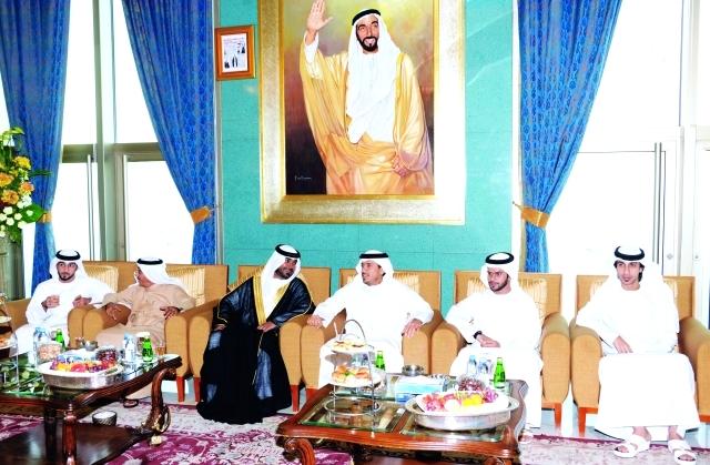 الصورة : سلطان بن طحنون  والعريس وعدد من الشخصيات  خلال الحفل