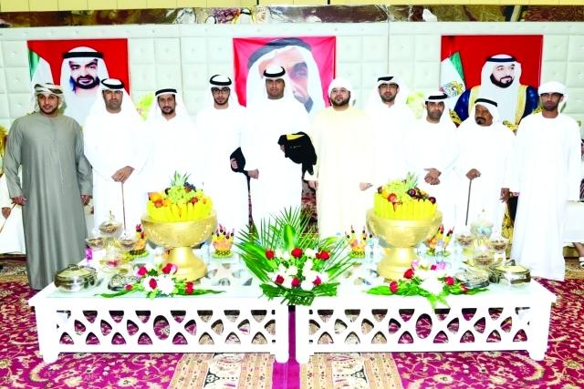 الصورة : العريسان خالد وعبد العزيز يتوسطان الأصدقاء