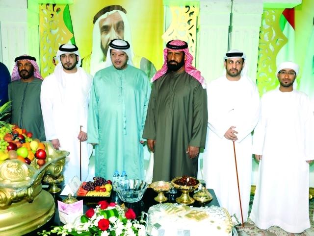 الصورة : سعيد بن طحنون والعريس ووالده ومحمد بن شمل وعبدالله الكعبي