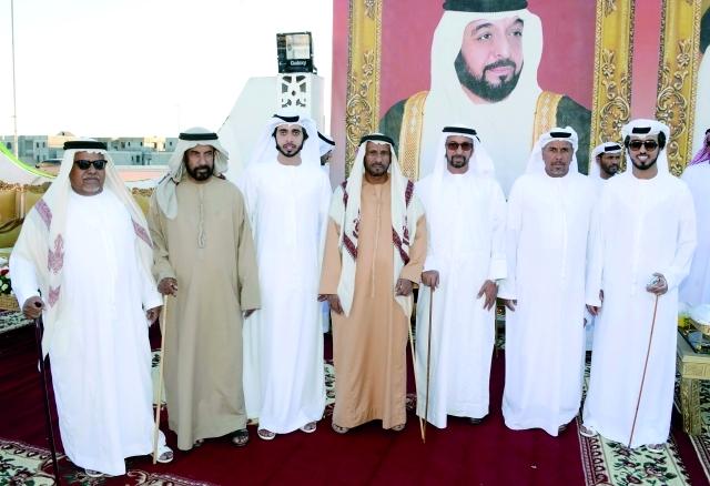 الصورة : حمد بن سهيل الخييلي ومحمد بن نعيف وحمد بن هويمل والعريسان ووالدهما وعدد من الحضور