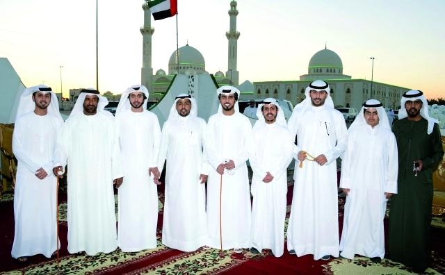 الصورة : ضيوف من دولة الكويت مع العريسين وعدد من الأصدقاء