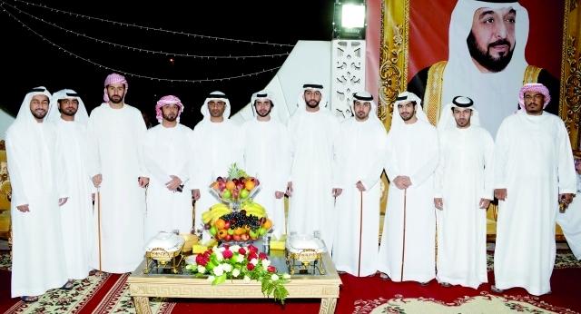 الصورة : العريس سالم يتوسط عدداً من زملائه