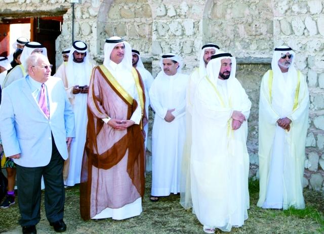 الصورة : حاكم الشارقة ونهيان بن مبارك خلال الجولة في البينالي -    وام