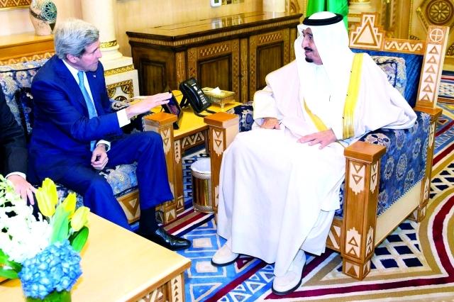 الصورة : سلمان بن عبد العزيز مستقبلاً كيري في الرياض -  رويترز
