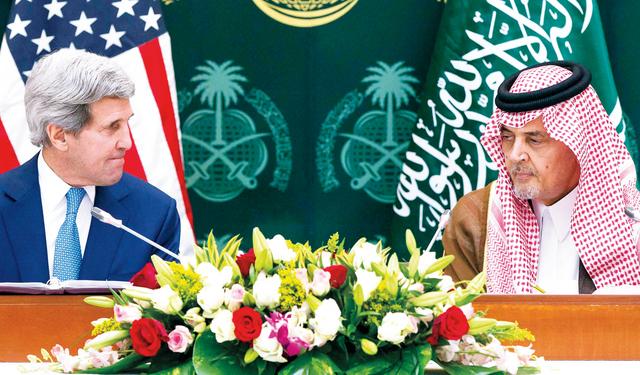 الصورة : الفيصل وكيري خلال المؤتمر الصحافي   رويترز