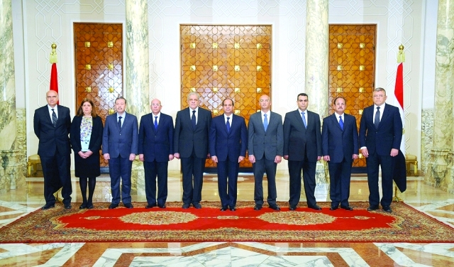 الصورة : .. ويتوسط  الوزراء الجدد بعد أدائهم اليمين الدستورية   - البيان