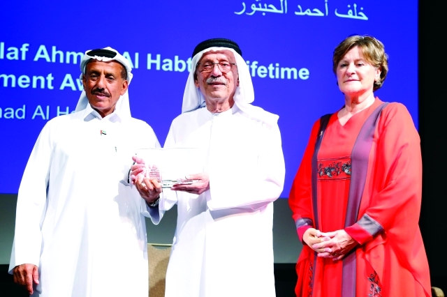 الصورة : خلف الحبتور يسلم الجائزة إلى عبد الغفار حسين بحضور إيزابيل ابو الهول -  تصوير ــ عبد الحنّان مصطفى
