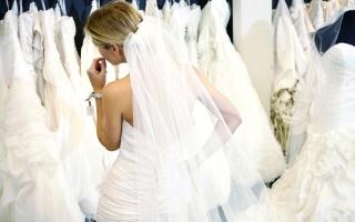 الصورة: الصورة: فستان «عروس دبي».. ألوان الطيف