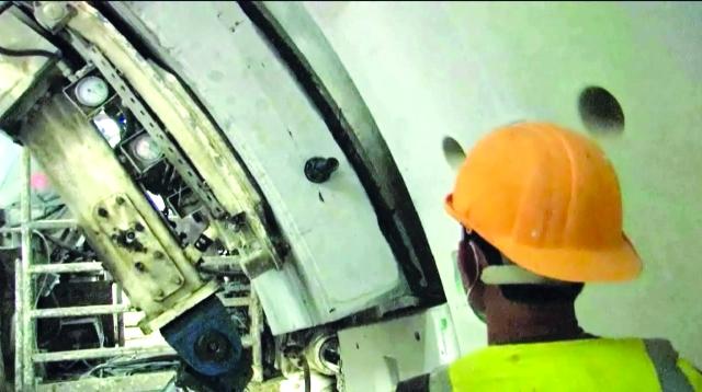 الصورة : ■ أحد العمال يثبت خرسانة النفق
