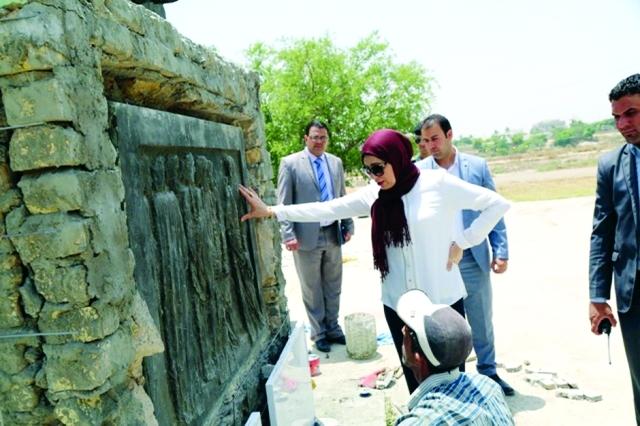 الصورة : ■ امينة علوش تعاين النصب التذكاري | من المصدر