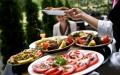 الصورة: الصورة: تناول الطعام خارجاً يرتبط بزيادة الوزن