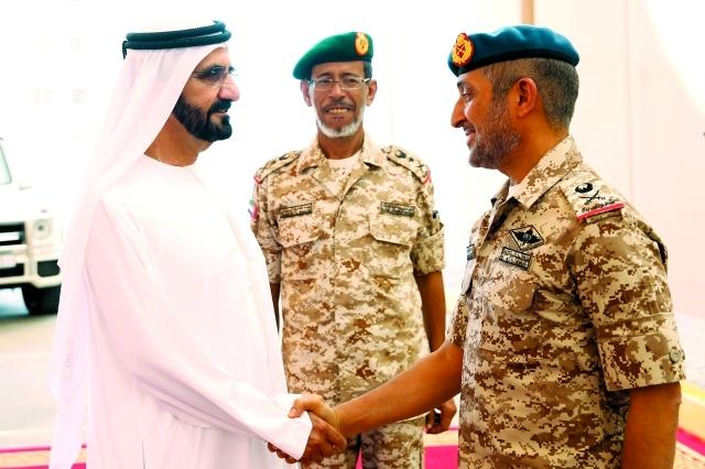 الصورة : ■ نائب رئيس الدولة يصافح ضباط القوات المسلحة