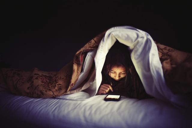 ماذا يحدث لجسمك عندما تتفحص هاتفك قبل النوم؟