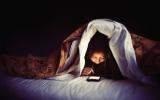 الصورة: ماذا يحدث لجسمك عندما تتفحص هاتفك قبل النوم؟